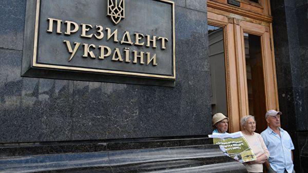 Украинские активисты подожгли шины уофиса Зеленского